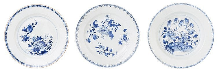 A CHINESE PORCELAIN DISH, 18TH CENTURY
