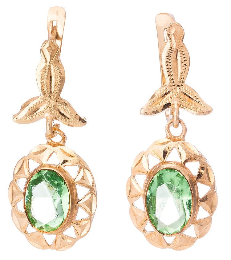 A PAIR OF GOLD AND GREEN GEMSTONE EARRINGS
