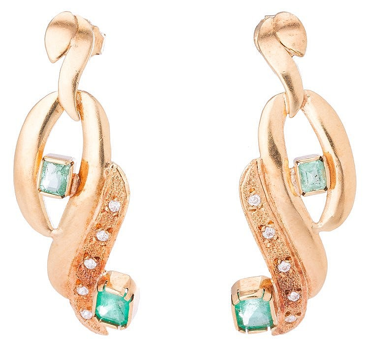 A PAIR OF GOLD, EMERALD AND SAPPHIRE EARRINGS