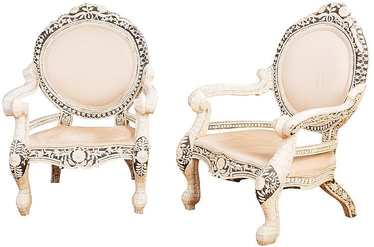 A PAIR OF CARVED WOODEN CHAIRS, 20TH CENTURY