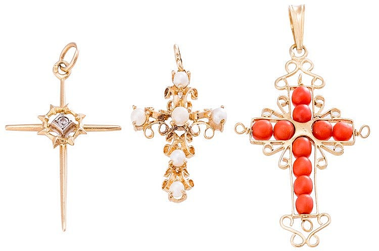 A GOLD AND PEARL PENDANT CROSS