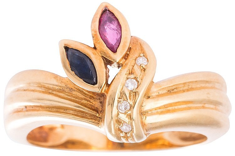 A GOLD, SAPPHIRE, RUBY AND DIAMOND RING