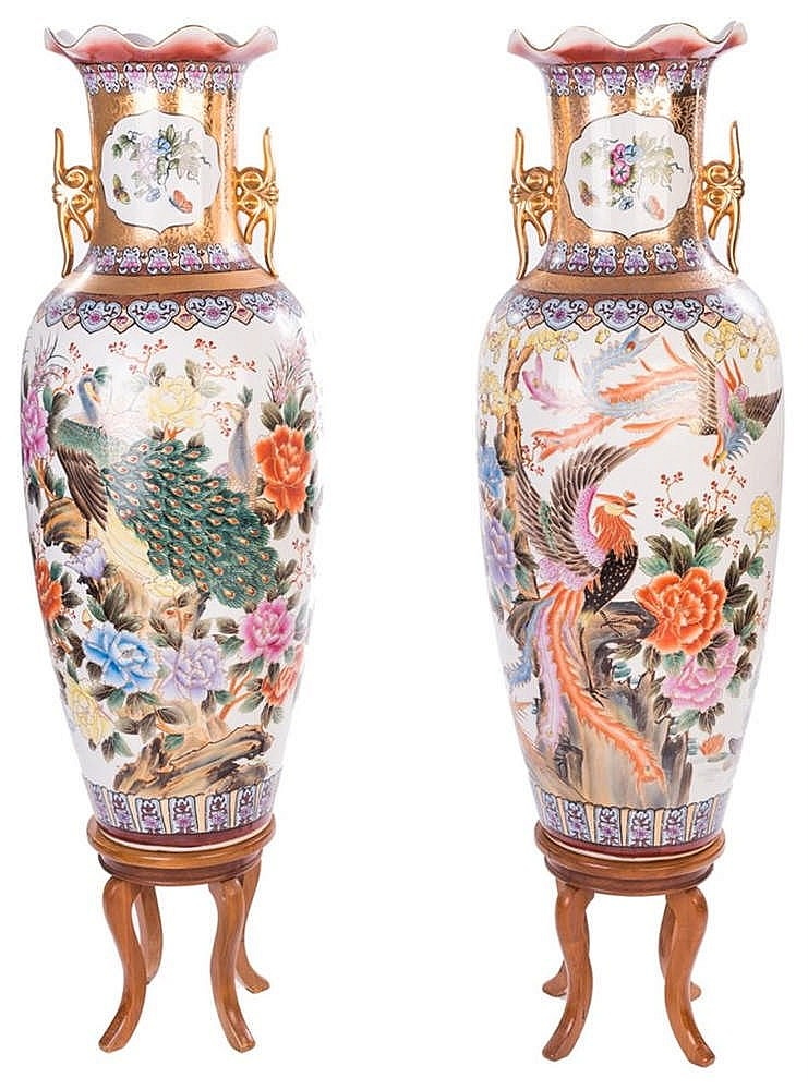 A PAIR OF JAPANESE PORCELAIN VASES, 20TH CENTURY
