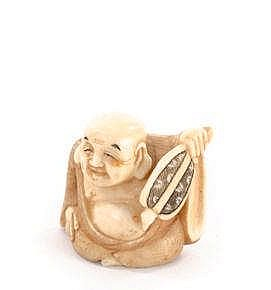 A CARVED IVORY NETSUKE, EARLY 20TH CENTURY