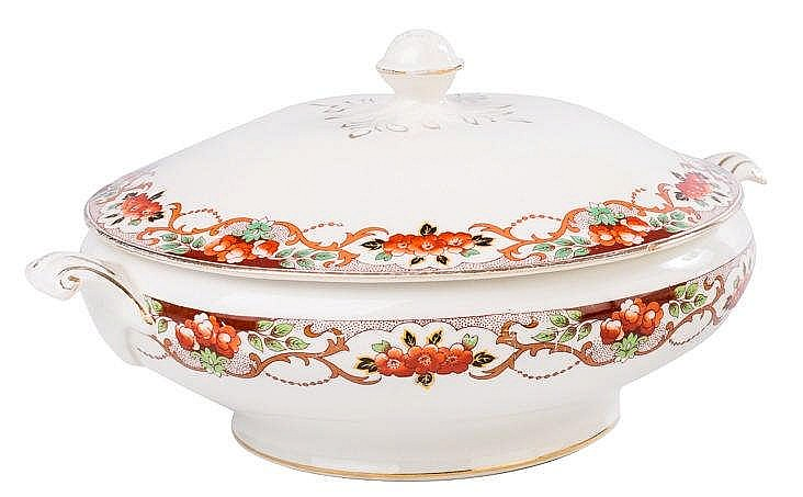 AN ENGLISH PORCELAIN TUREEN