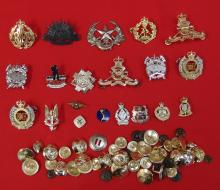 Large mixed lot of Australian Army current uniform buttons, cap badges and assorted other metal insignia