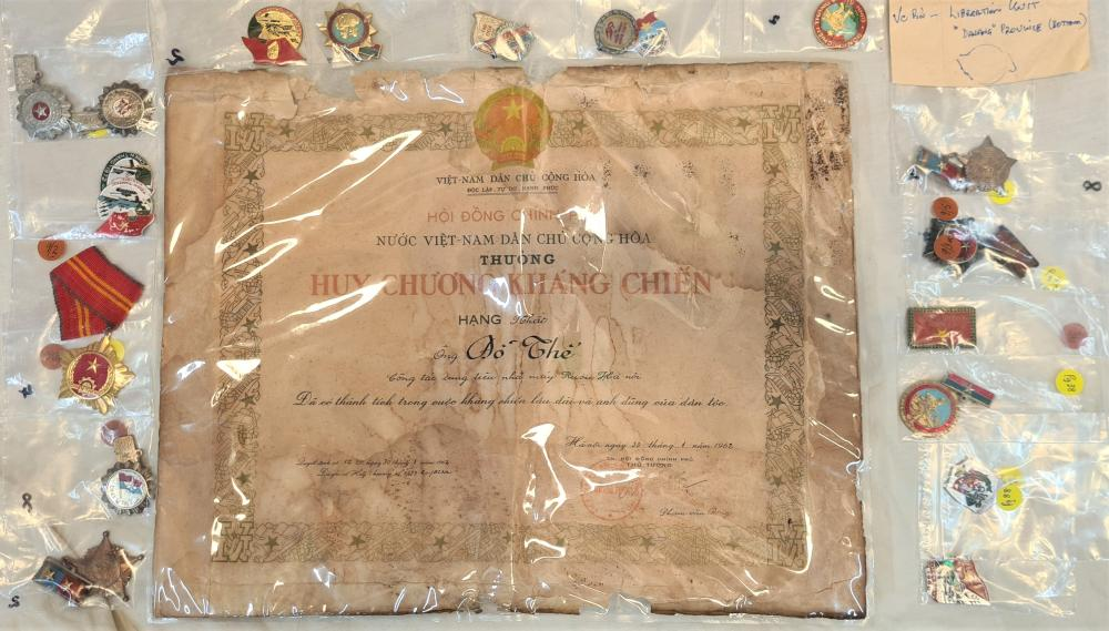 Assorted Vietnamese badges, pins and certificate 1962 (17)