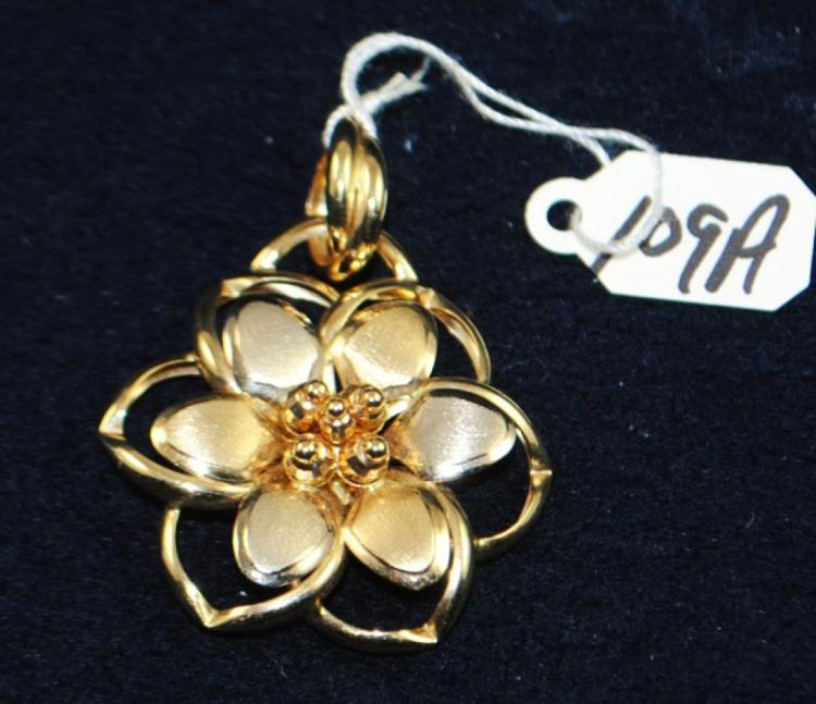 LADIES 14K (STAMPED) YELLOW GOLD FLOWER PENDANT. THE PENDANT IS 36MM WIDE. TOTAL METAL WEIGHT: 5.0 GRAMS. THE TOTAL RETAIL REPLACEMENT VALUE: $690.00. AND COMES WITH THE APPRAISAL FOR INSURANCE PURPOSES.