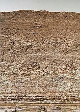Gursky, Andreas Cheops. 2008. Farboffset. 84 x 59,4 cm. Mit schwarzem Filzstift an unterer Bildkante signiert. Mit dem typographischen Copyright- und Editionsvermerk versehen.