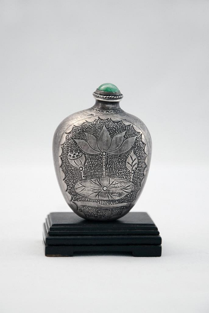 A SILVER SNUFF BOTTLE WITH STOPPER