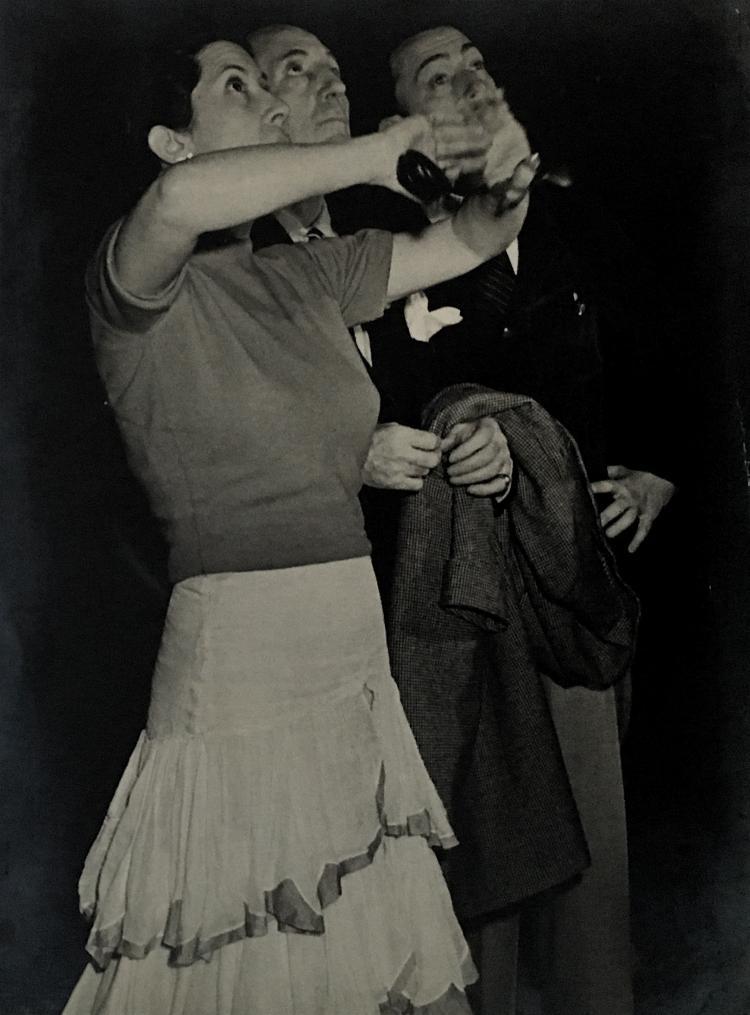 Philippe Halsman (1906-1979) Encarnación López Júlvez, Jorge Cuevas Bartholín y Salvador Dalí, Durante la preparación de la presentación del cuadro de flamenco El Café de Chinitas que presentaron en el Metropolitan Opera House, Nueva York, 1943