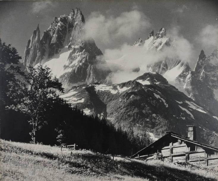 Pierre TAIRRAZ (1933-2000).Paysage de montagne, Chamonix, Mont-Blanc, années 1961.Épreuve gélatino-argentique d'époque montée sur bois.Signature à l'angle sur l'image à l'angle inférieur gauche. Cachet au dos du montage d'époque « P. Tairraz,