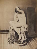 Louis-Camille d'OLIVIER (1827-1870).Nu assis drapé, années 1850.Épreuve d'époque sur papier albuminé.Mention « 511 » en épargne dans l'image.21 × 16 cm.Montage conservation : 30 × 40 cm.