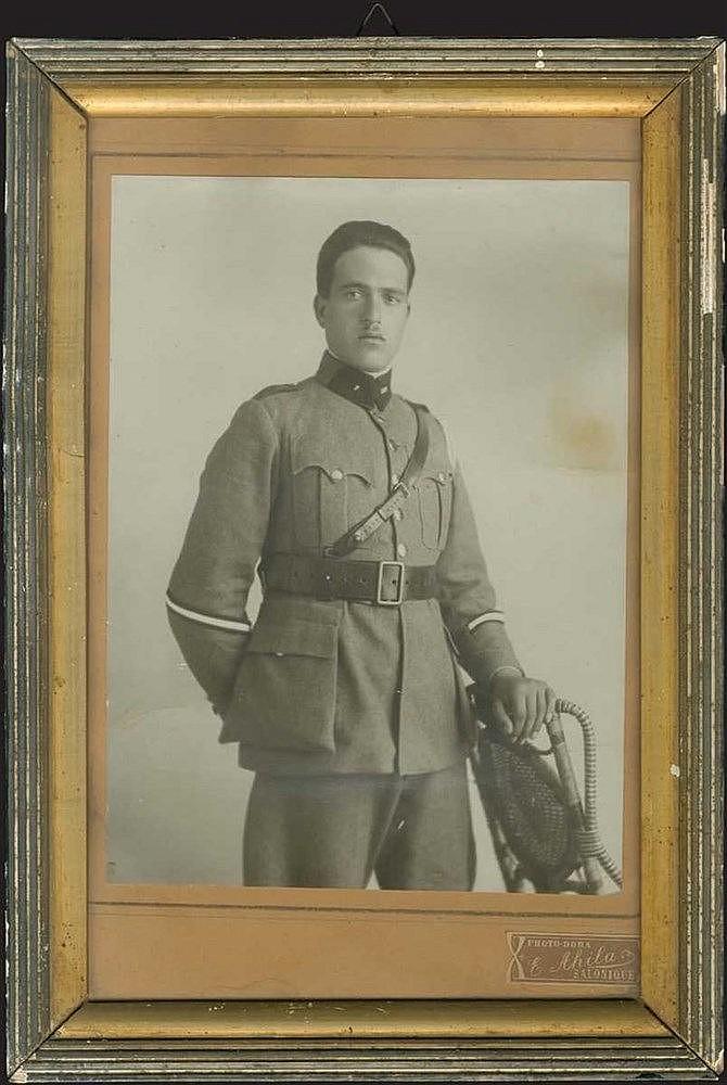Photo-Dora E. Ahila Salonique φωτογραφία Έλληνα στρατιωτικού σε κάδρο, διαστ. 24χ35εκ.