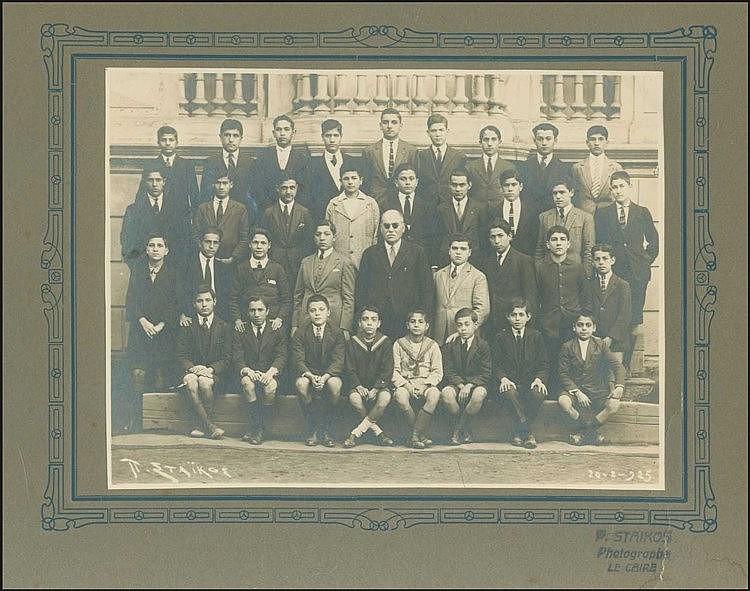 Αμπέτειος Σχολή Καίρου - Στρατής Τσίρκας. Φωτογραφία μαθητών στην Αμπέτειο Σχολή, μεταξύ των οποίων και ο μετέπειτα λογοτέχνης Στρατής Τσίρκας (τέταρτος από τα αιστερά στην πρώτη γραμμή). Φώτο Στάικος, Κάιρο 1920-1925. Σφραγίδα