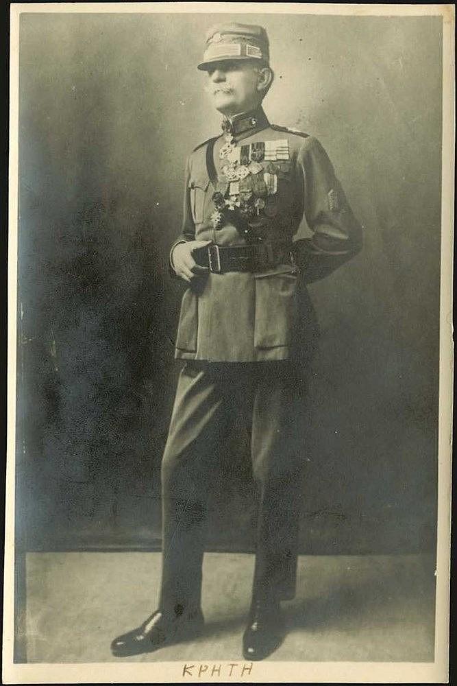 Στρατηγός Αθανάσιος Μάρκου. 3 φωτογραφιες πορτραίτα (αργυροτυπίες) με ιδιίχειρη αφιέρωση και μία φωτογρ. αναπαραγωγή λιθογραφίας σχετικά με τη μάχη της Δοϊράνης. Ο Αθανάσιος Μάρκου διακρίθηκε στην μάχη της Δοϊράνης, όπου επικεφαλής του 1ου Συντάγματο