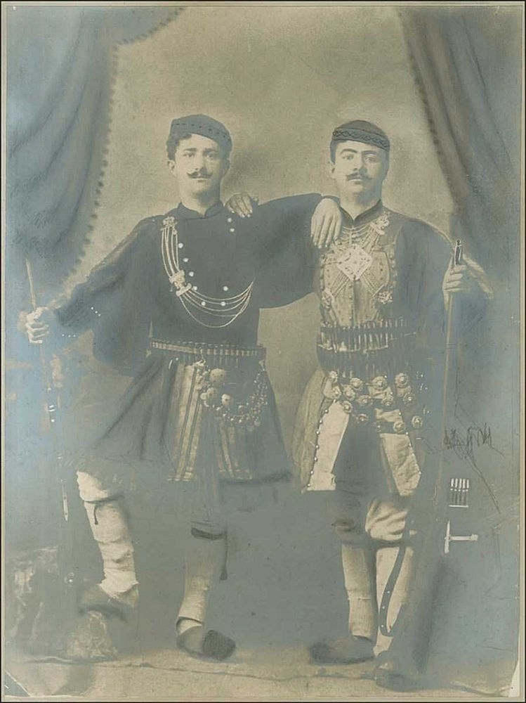 Greek fighters Macedonian Struggle c.1905. Μακεδονομάχοι c.1905. Αργυροτυπία μεγάλων διαστάσεων 30χ40εκ απεικονίζει αρματωμένους Μακεδονομάχους φωτογραφισμένους σε άγνωστο φωτογρ. στούντιο. Ημιτελής επιχρωματισμός. Επικολημμένη σε χαρτόνι.