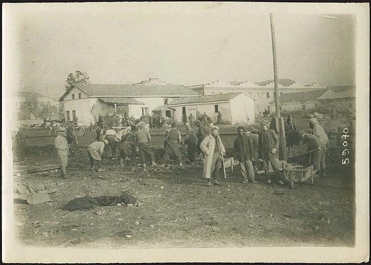 Salonique 1st World War - Prisoners of War. Θεσσαλονίκη Ά Παγκόσμιος Πόλεμος, φωτογρ. διαστ. 18χ13εκ που απεικονίζει αιχμάλωτους πολέμου κατά τη διάρκεια καταναγκαστικών εργασιών.