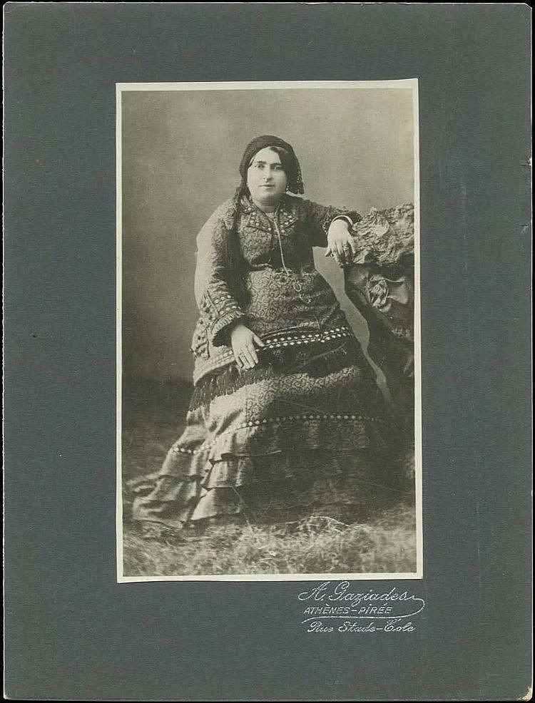 Χειρόγραφη αυτοβιογραφική περιγραφή (1947) του ποιητή Κ. ΚΑΡΘΑΙΟΥ στο πίσω μέρος της φωτογραφίας σχετικά με την εικονιζόμενη γυναίκα (Μαριάνθη Ηλιοπούλου). Φωτογράφος Α. Γαζιάδης. Διαστ. (με πασπαρτού) 16x21.5cm.