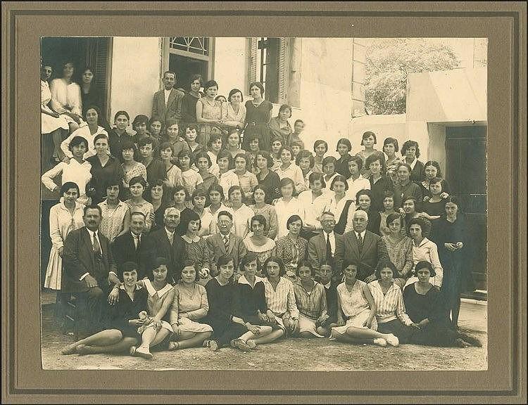 Σέρρες 1928-1929. Μαθήτριες και δάσκαλοι φωτογραφημένοι στο προάυλιο σχολείου. Αργυροτυπία διαστ.22χ16.5εκ επικολλημένη σε passe-partout.