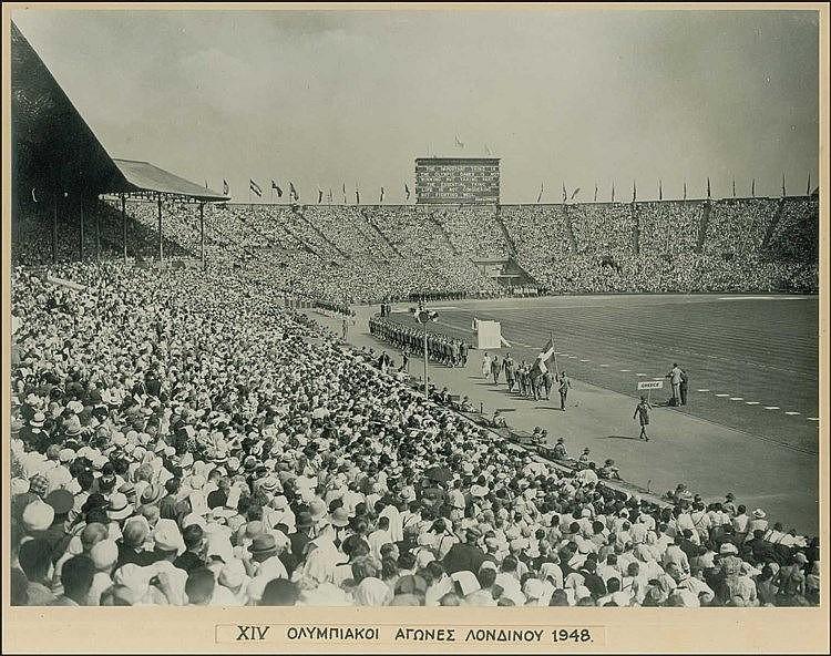 Ολυμπιακοί Αγώνες ΛΟΝΔΙΝΟ 1948. Είσοδος των Ελλήνων αθλητών στο στάδιο Wembley. Τύπωμα αργύρου 29χ22εκ. Σφραγίδα
