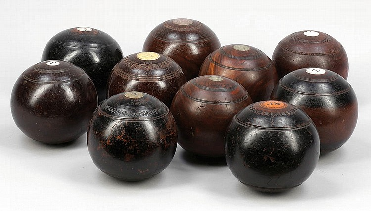 10 Bowls Kugeln. Holz. Teilw. mit Metall oder...