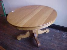 Oak Diningroom Table with 3 Leafs