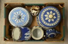 A mixed tray lot of mostly Wedgwood pieces.