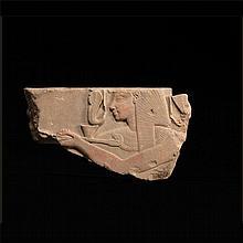 SETI I FAISANT L'OFFRANDE DE L'ENCENS Bas relief finement sculpté figurant le roi de profil, coiffé du Némès et paré du collier Ousekh, accomplissant le rituel divin de l'encens purificateur. Il présente un encensoir orné d'une tête d'Horus. Egypte,