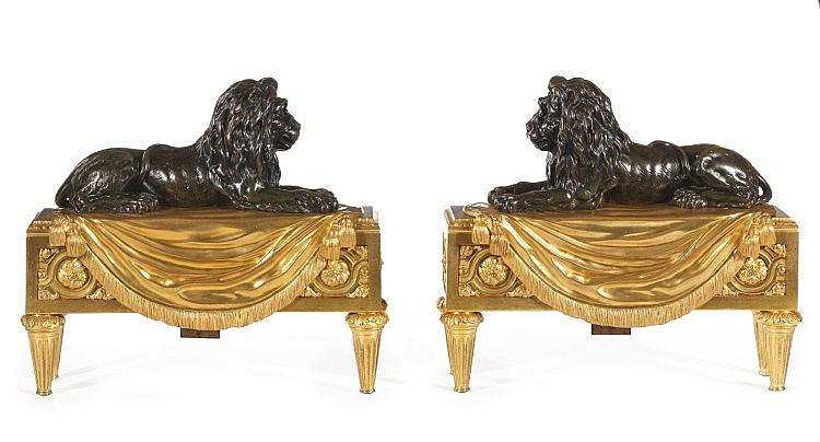 PAIRE DE FEUX « AUX LIONS » Attribué à Pierre-Philippe THOMIRE (1751-1843) Reçu Maître en 1772 Paris, époque Louis XVI, vers 1785-1790 MATÉRIAUX: Bronzes dorés et patinés Porte le monogramme du sculpteur Jean HAURé, reçu Maître en 1782 H.29 cm, L. 34