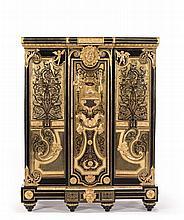 BAS D'ARMOIRE EN MARQUETERIE BOULLE Par ANDRÉ-CHARLES BOULLE (1642-1732) et son atelier -Reçu Maître Ebéniste avant 1666 Paris, époque Louis XIV, vers 1700-1710 MATÉRIAUX: Ebène, écaille, cuivre, laiton, amarante et bronzes dorés H. 150,5 cm, L. 121