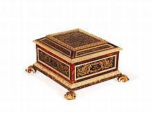 COFFRET AUX ARMES DE LA FAMILLE CHIGI Rome, vers 1700 MATÉRIAU:Ecaille teinté, verre églomisé or sur fond noir et bois doré H. 23 cm, L. 46 cm, P. 42 cm