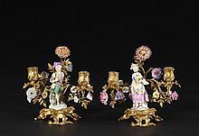 PAIRE DE CANDÉLABRES : LA BELLE JARDINIÈRE ET LE PETIT JARDINIER Meissen, milieu du XVIIIe siècle pour les porcelaines Paris, époque Louis XV pour la monture MATÉRIAUX: Porcelaine dure et bronzes dorés H. 22 cm, L. 23 cm, P. 16 cm Petits manques