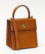 BULGARI. SAC en cuir grainé fauve, garniture en
