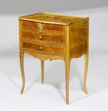 LOUIS XV WRITING GUERIDON, Berne. Walnut and plumwood, inlaid with light fillets. Front with 2 drawers and sliding ledge. Hinged top. The side with a very narrow drawer for writing utensils. Brass mounts. 57x40x76 cm.