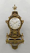 GEFASSTE PENDULE MIT DATUM AUF SOCKEL, Louis XVI,