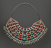 A SILVER ALLOY NECKLACE WITH TURQUOISES AND CORALS.