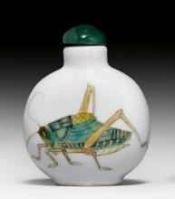 A MOONFLASK-SHAPED FAMILLE VERTE SNUFF BOTTLE DECORATED WITH CRICKETS.