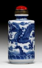 A ROULEAU-SHAPED SNUFF BOTTLE DECORATED WITH DRAGONS IN UNDERGLAZE BLUE.