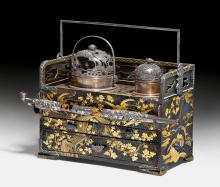 AN LACQUERED SMOKING BOX FINELY DECORATED WITH CRANES, TURTLES AND THE FUJI, WITH A MATCHING SILVER PIPE.