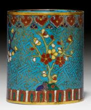 A GILT CLOISONNE BRUSH HOLDER WITH FLOWERS ON A TURQUOISE SWASTIKA GROUND.