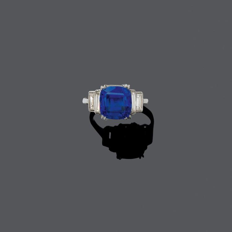 CEYLON SAPPHIRE AND DIAMOND RING, ca. 1930.