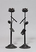 TWO CANDLESTICKS.Japan, 19th c. H 54 cm.Bronze. In