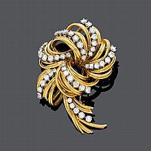 DIAMANT-GOLD-CLIPBROSCHE, KUTCHINSKY, um 1960.Gelb- und Weissgold 750, 37g.Elegante klassische Brosche aus Golddrähten in stilisierter Blütenform, besetzt mit 49 Brillanten von zus. ca. 3.30 ct. Signiert Kutchinsky. Ca. 5,5 x 4,5 cm.