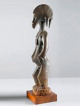 SENUFO FIGURElfenbeinküste. H 104 cm.Provenienz:
