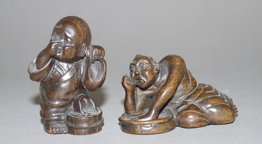 Zwei ironische Szenen, japanische Netsuke und Okimono aus Edelholz