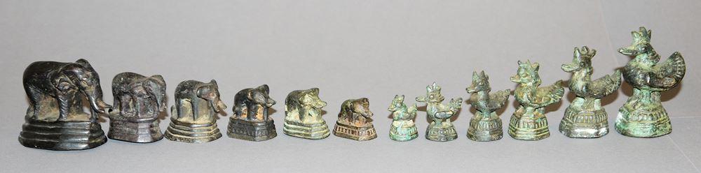 """Zwölf """"Opium""""-Gewichte aus Burma und Laos"""