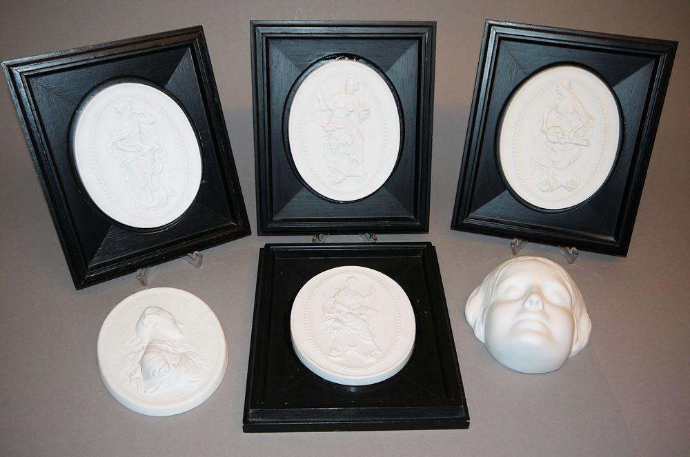Fünf Porzellan-Plaketten Musen u. Goethe sowie Totenmaske Clara Schumann, 4 x Meißen, Höchst u. Goebel, 4 x gerahmt