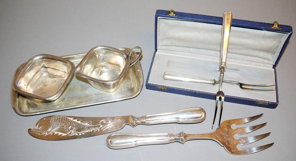 Milchkännchen & Zuckerdose auf Tablett um 1930, Paar Serviergabeln in Schatulle, Silber & Fischvorleger Christofle um 1900