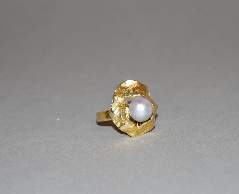 Designer-Ring mit grauer Perle, Gold
